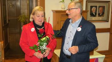 Für 21 Jahre Kassiererin bedankt sich Wolfgang Goroll bei Hedi Krug